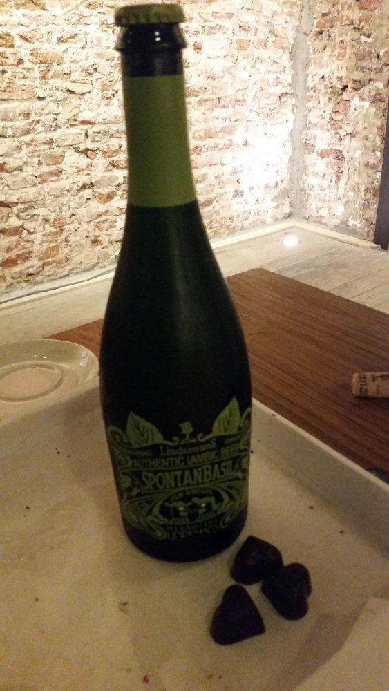 another tasting at the Sister bar, the only bio-beer bar in Brussels, the Spontanbasil Geuze with a praline witn a ganache of framboise